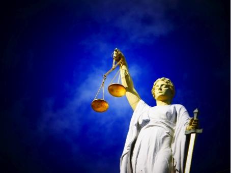 Thémis, déesse grecque de la Justice. D'une main elle tient une balance symbolisant l'équité et un glaive symbolisant la justice (source photo : Pixabay)